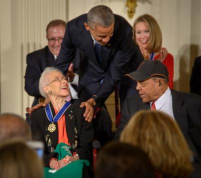Barack Obama amb Katherine Johnson durant la cerimònia
